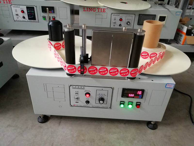 Label rewinding machine with 2 motors